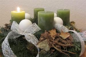 Adventskranz mit einer Kerze