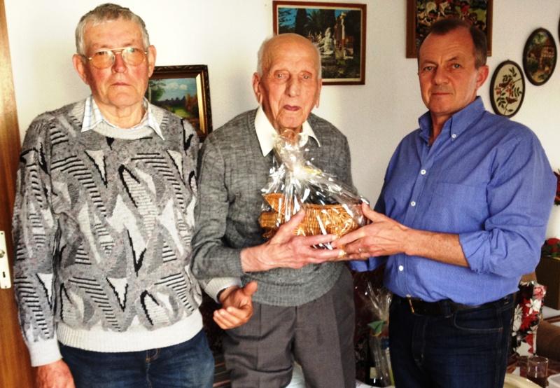 Helmfried Klein und Johann Taugner gratulierten dem Jubilar Karl Georg Bieber zum 100. Geburtstag