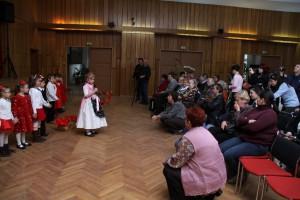 Kinder im Trachtenkleid haben 40 Pipatschblumen aus Kreppapier verteilt
