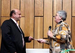 Bürgermeister Suciu nimmt in Vertretung für Werner Griebel den Preis von Helen Alba entgegen