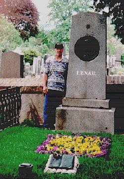 Helmut Ritter am am Grab von Nikolaus Lenau