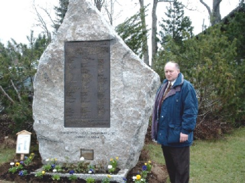Vorsitzender Werner Griebel am Gedenkstein vor der Ödlandkapelle