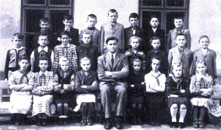 Schüler der Jahrgänge 1939, 1940, 1941 aus Lenauheim, gemeinsam mit ihrem Lehrer Paul Robert Staedel