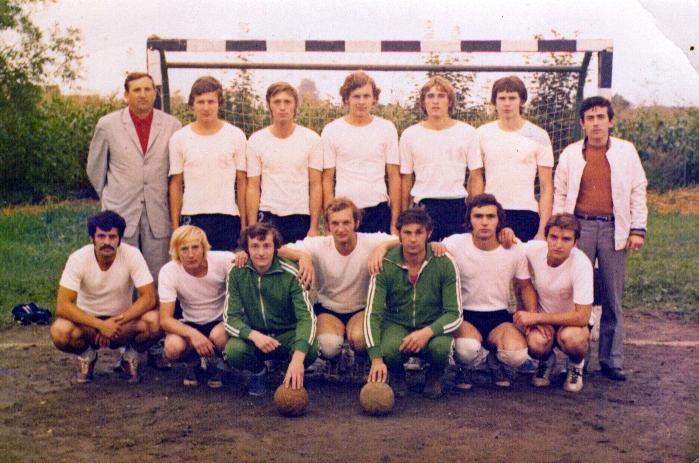 Lenauheimer Handballmannschaft - Petru Nistot links unten (mit Schnurrbart). Im Hintergrund auch Dittiger als Lehrerbeauftragter/Trainer.