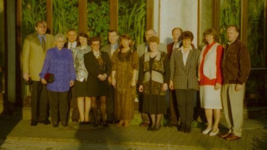Der Jahrgang 1955 aus Lenauheim, beim Klassentreffen im Jahr 1997 mit dem Lehrerehepaar Nießl