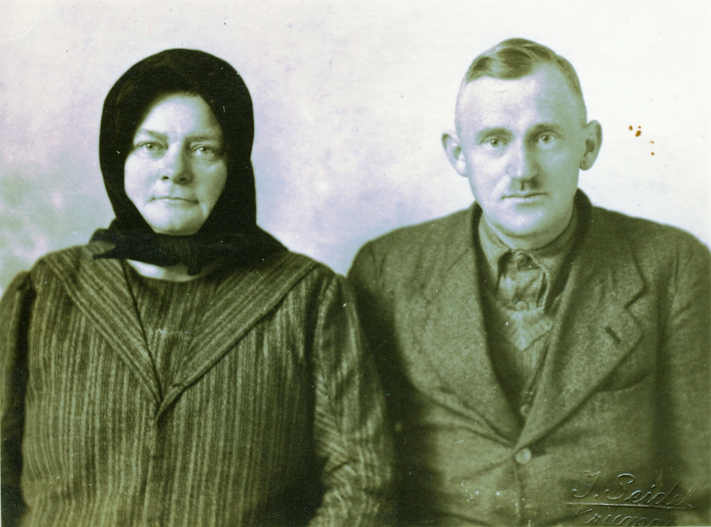 Theresia und Johann Heckl, meine Großeltern mütterlicherseits, landeten bei ihrer Flucht aus Lenauheim im Herbst 1944 in Oberplan im Böhmerwald. Das Bild entstand in Krumau. Einsender der Fotos: Werner Griebel